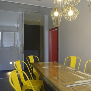 MEETINGROOM_YELLOW_OLDDOOR_DESIGN