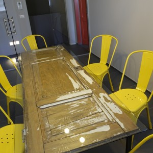 MEETING_ROOM_YELLOW_DESIGN_CONTRACT