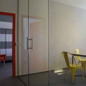 GLASS_WALL_OFFICE_COLORS_DECORATION